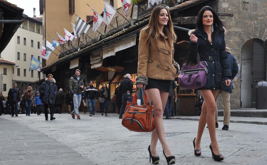 バッグをもって歩く2人の女性
